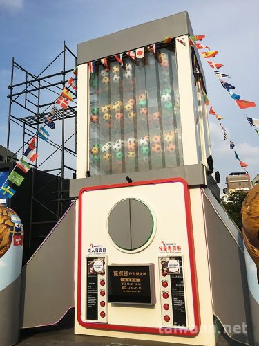 台中草悟道広場の台湾で2番めに大きなガチャ巨大ガチャを見に行った