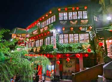 深夜の九份老街散策と風雨のお茶屋さんで夜景を眺めた日